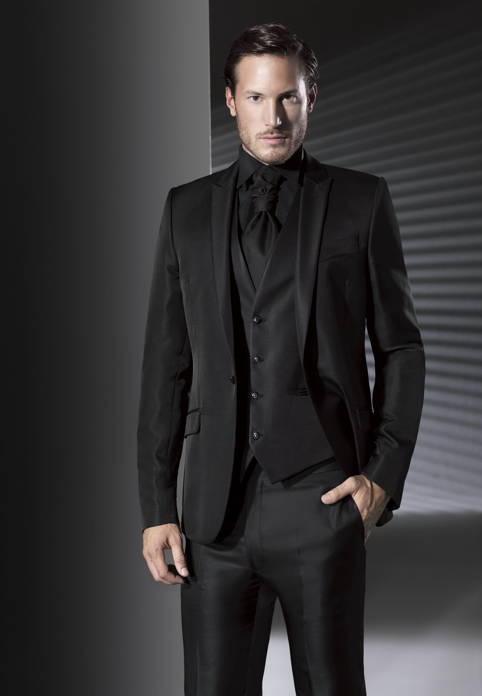 Os presentamos la elegante colección de trajes de novio de la firma Marco Magliotti.