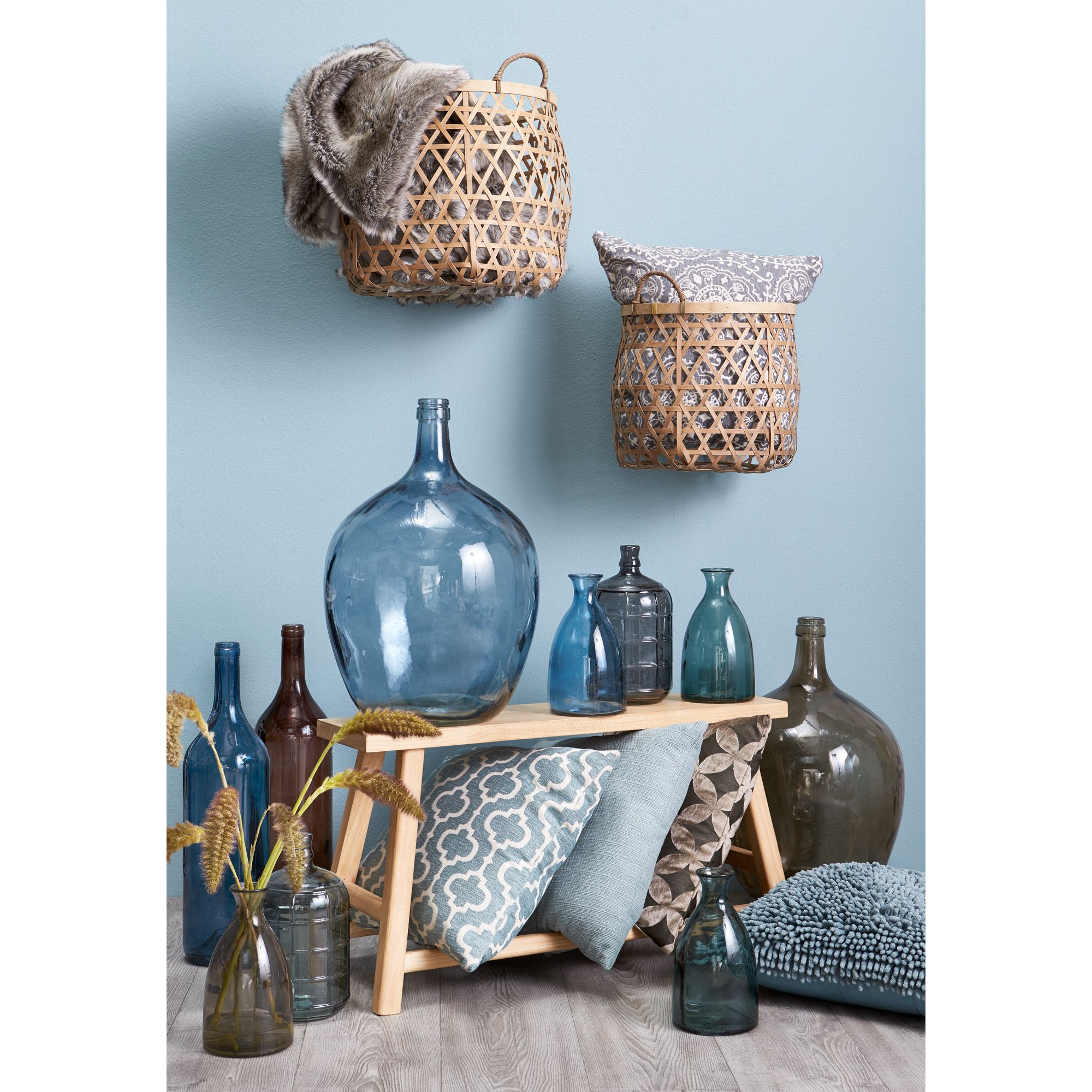 Blauwe decoratie brengt rust! #accessoires #woonkamer #vaas #kussen ...