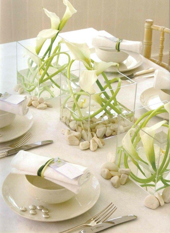 Diese Tischdekoration aus weien Blumen verleiht dem Tisch