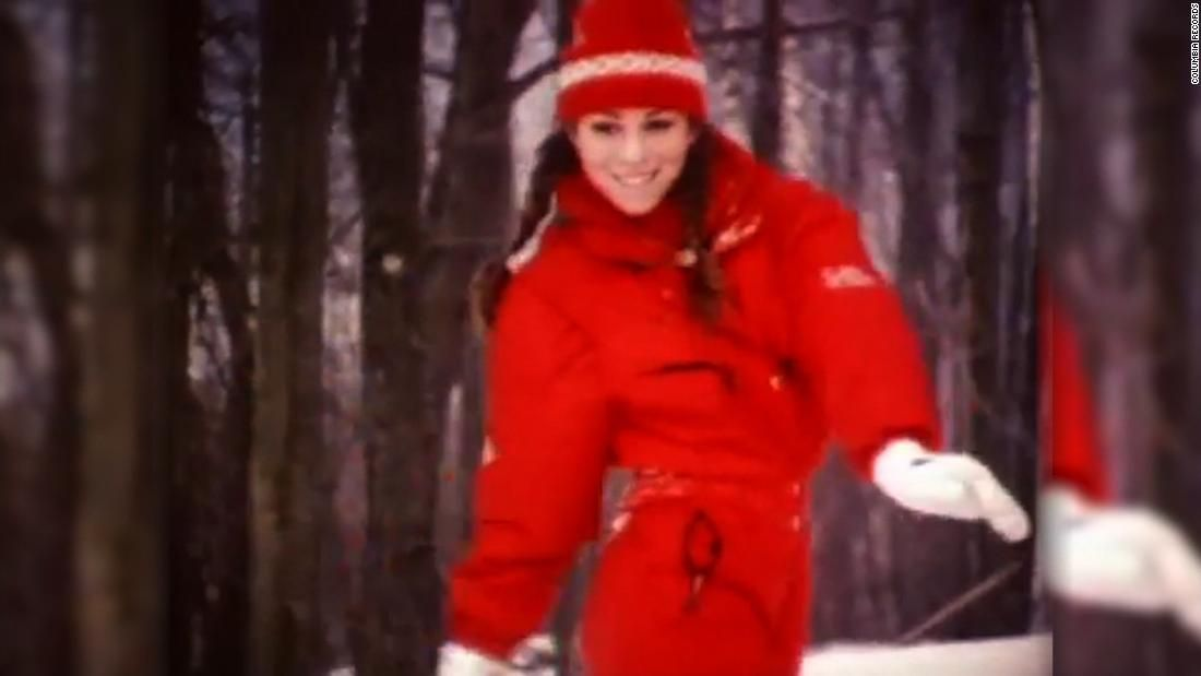 Mariah Carey S All I Want For Christmas Is You Hits No 1 For The First Time Ever Mariah Carey Mariah Carey Christmas Mariah Carey Music Videos