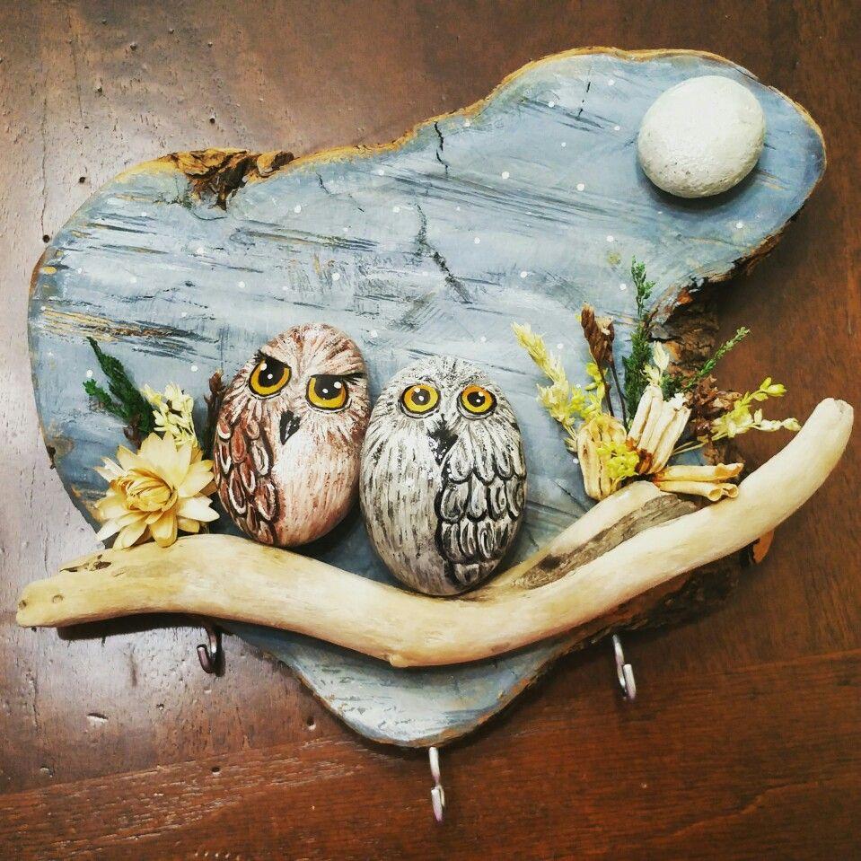 Appendichiavi con base in legno e decorazioni di sassi for Decorazioni giardino con sassi