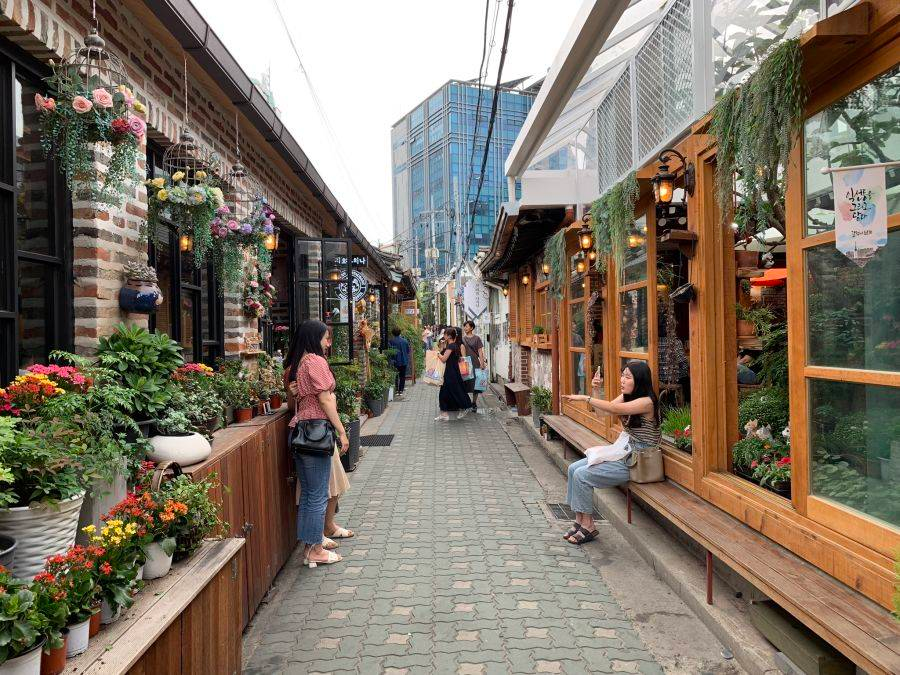 Your Guide To Ikseon Dong Seoul S Hipster Area Near Halal Food In 2020 Seoul Dong The Neighbourhood
