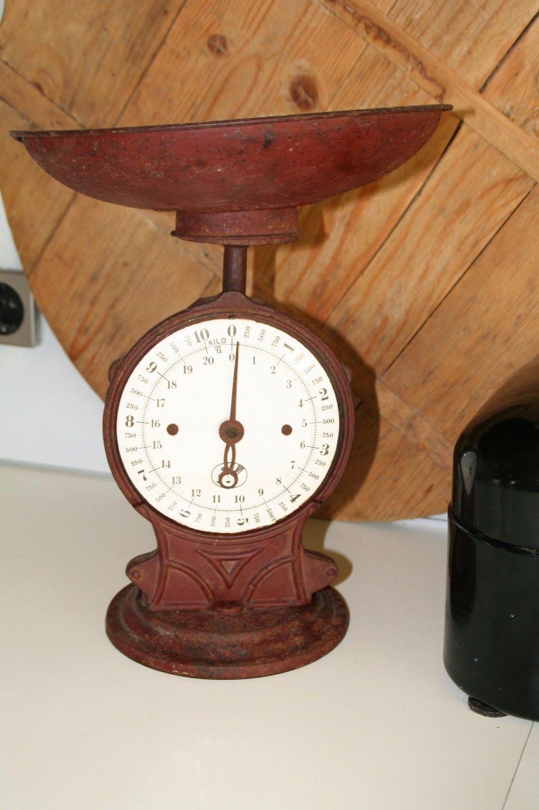 Antieke gietijzeren keukenweegschaal met witte emaille cijferplaat. Gewicht 10 kilo, 20 pond.