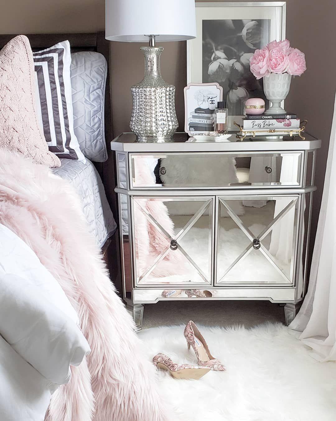 Schlafzimmer Mit Spiegel Nachttisch Fur Ihr Boxspringbett Bringt