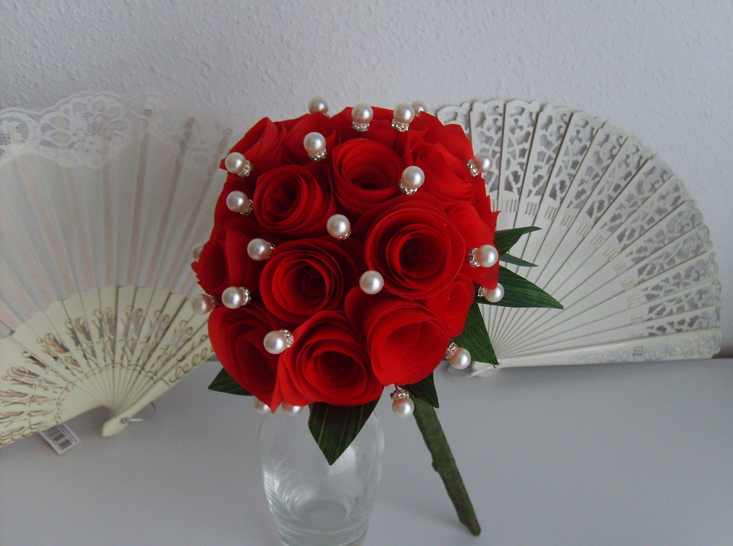 Un bouquet rojo muy sugerente para alfileres de novia.