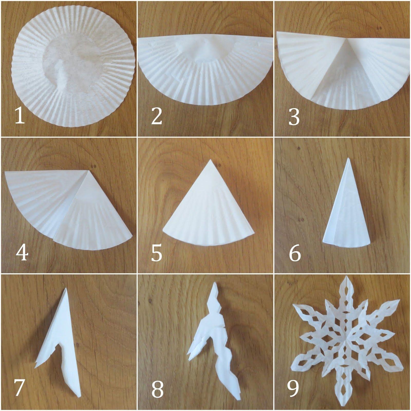 Eiskristalle oder Schneeflocken aus Muffinförmchen