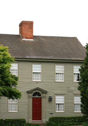 English colonial style homes of the 1600s and 1700s look for New england colonial style