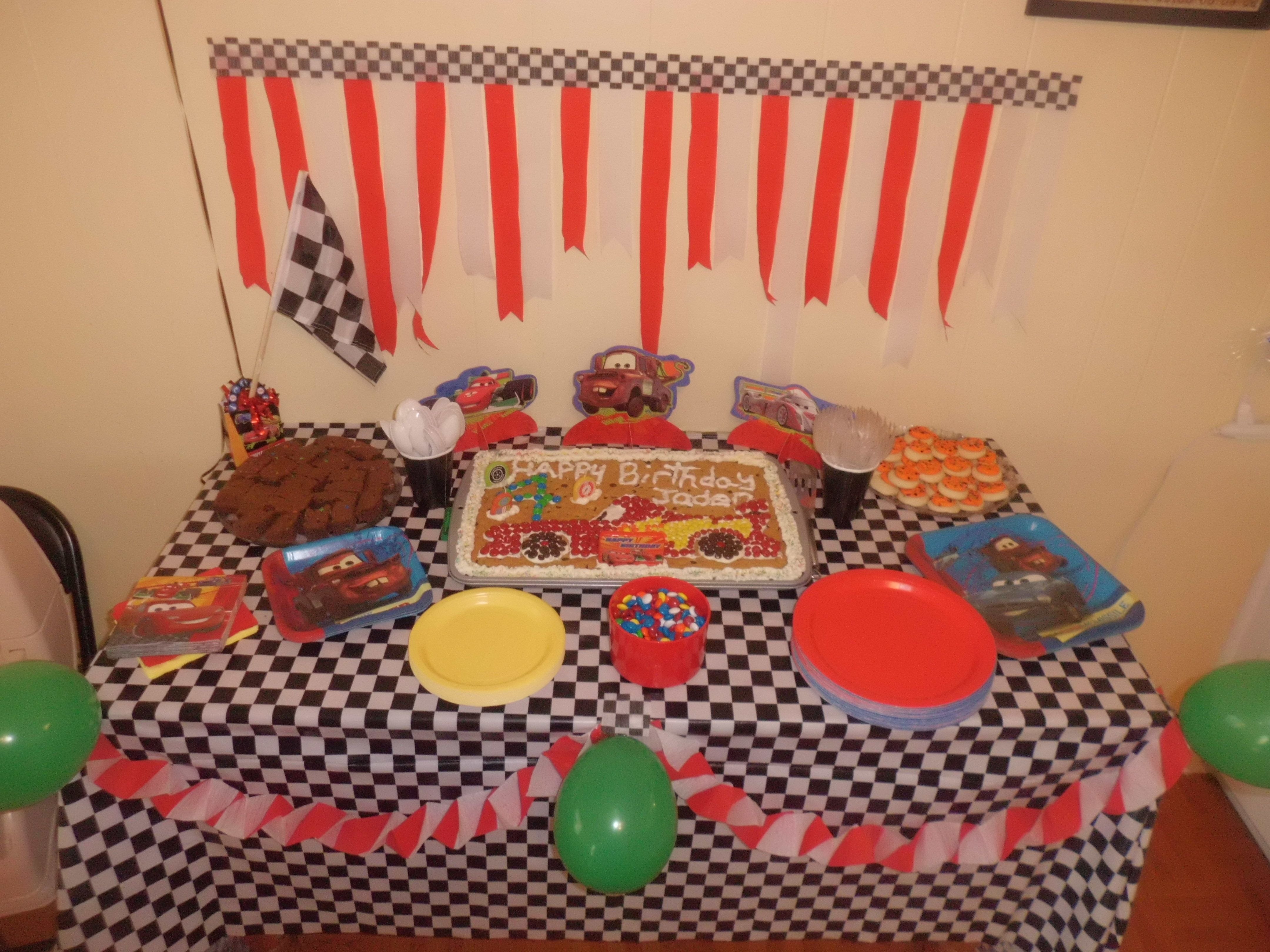 Cars Table Decorations Cars 2 Themed Cake Table Decorations Lightning Mcqueen And Mater