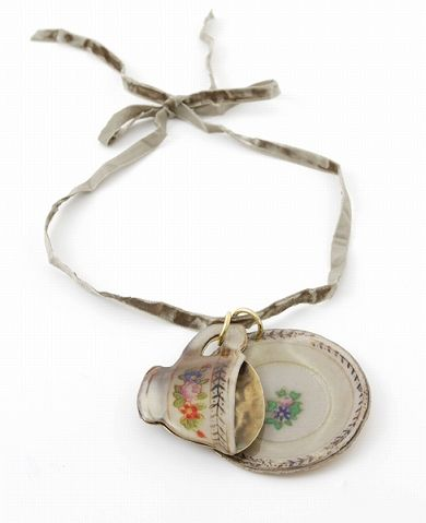 AHCAHCUM - cup and saucer necklace