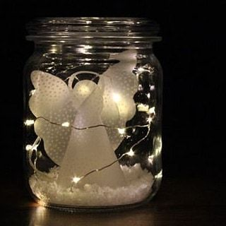Deko-Idee: ein geplottetes Engelchen aus Transparentpapier mit etwas Kunstschnee und einer Draht-LED-Lichterkette in einem Weckglas... (Plotterdatei auf kugelig.com) #plotterliebe #dekoliebe #weihnachtsdeko #weihnachten #weihnachtsdeko #plotten #silhouette #weckgläserdekorieren