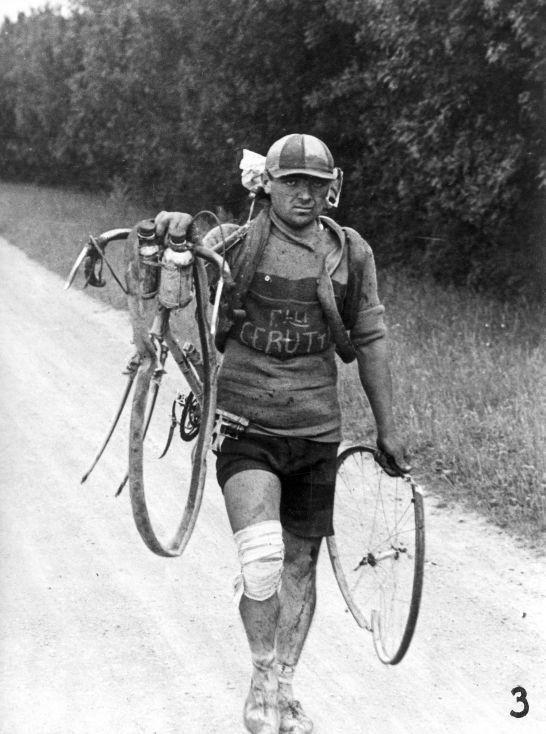 el pobre italiano Giusto Cerutti sale en la foto con su bicicleta a cuestas después de haberse caído y romper una de sus ruedas. Tour 1928