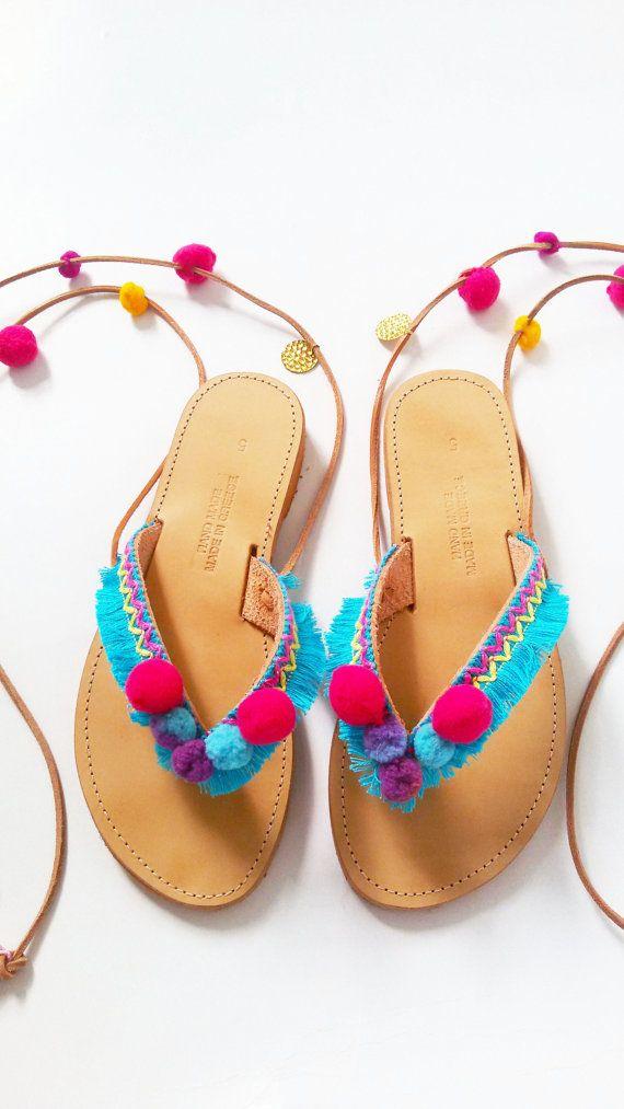 ♥  Pom Pom caramelo  sandalias son dulces como caramelo, decorado con flecos de algodón azul, delicioso pompones, encantos y borlas.  Sandalias de cuero genuino griego ♥ muy estables, fuertes, cómodos y ligeros.  ♥ se entrega en una bolsa preciosa.  ♥ Niños  Pom Pom caramelo  sandalias:  https://www.etsy.com/listing/257953710/kids-sandals-tie-up-girls-boho-sandals?ref=shop_home_active_1   ♥ Haz tus  mamá y yo  pares con 20% de descuento…