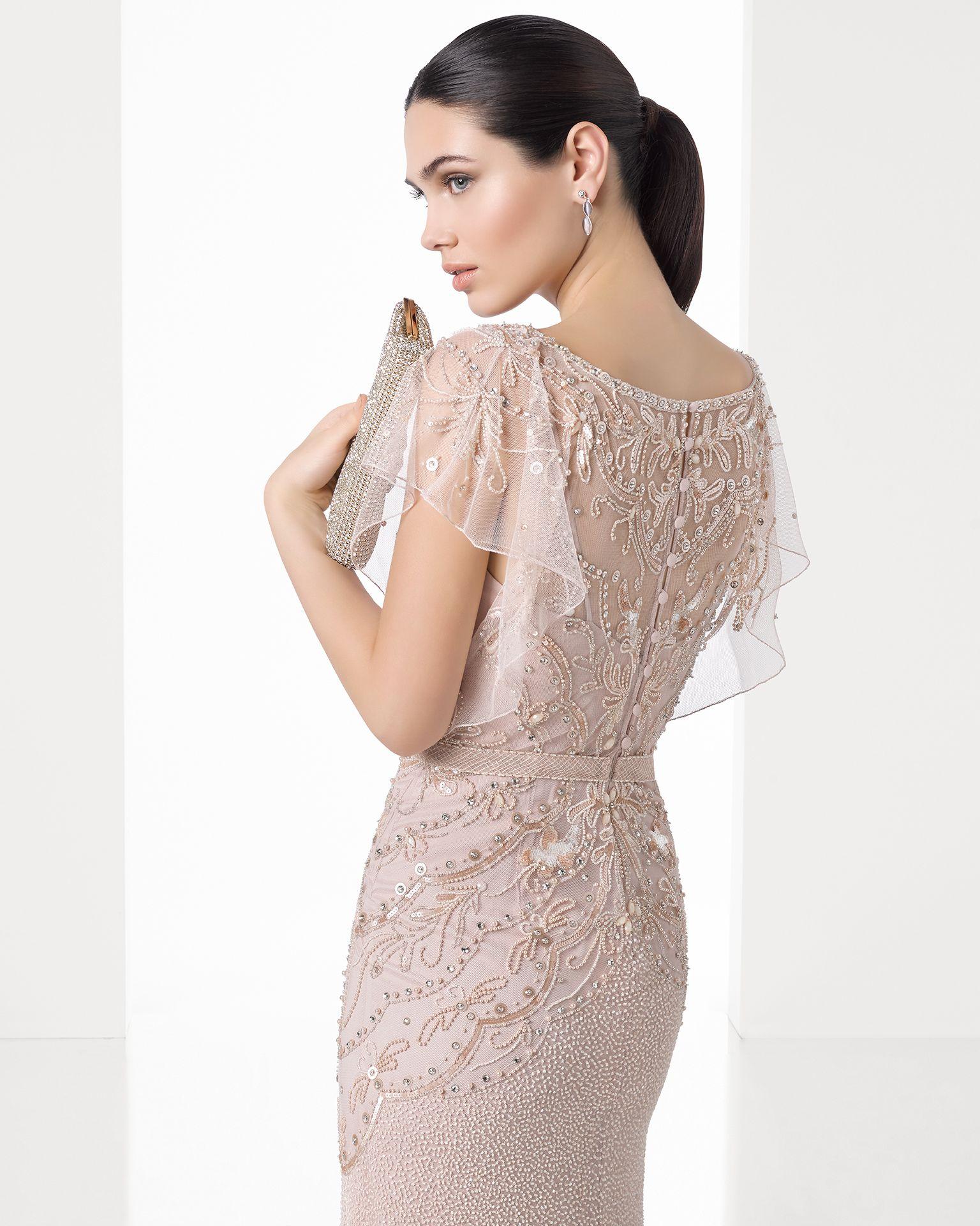 08fd7ab0e Vestido comprido leve bordado com brilhantes com manga descaída e  complementado com transparência