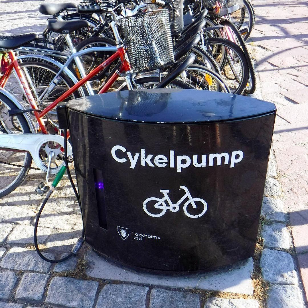 Damit es besser rollt! Eine charmante Idee :-) Das #Fahrrad ist auch in Stockholm ein beliebtes Fortbewegungsmittel - und es gibt an neuralgischen Stellen in und um die Innenstadt (Anleger der Fähre zum Beispiel) diese praktischen festinstallierten  Luftpumpen... #urban #duesseldorf #bilk #urban