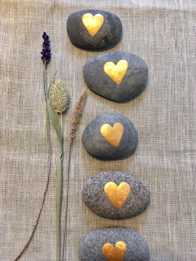 Steine Gastgeschenk Hochzeit handbemalt Tischdeko Herz gold