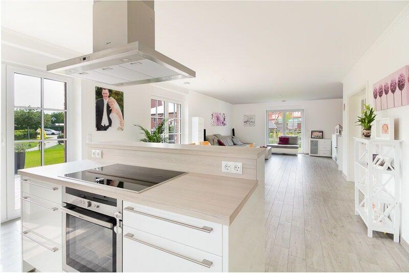 Moderne Küche offen mit Kücheninsel weiß Holz - Küchen Ideen - küche in dachschräge