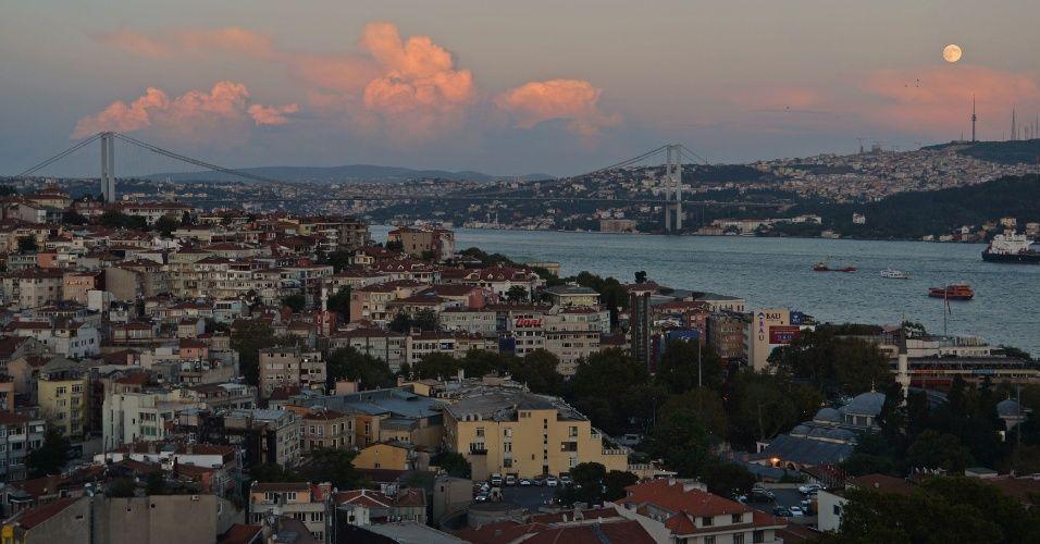 A lua cheia se projeta no céus sobre o Bosfóro em Istambul, na Turquia, durante o Festival do Meio do Outono ou Festival da Colheita. Devido a antigas práticas, a lua cheia também é conhecida como Lua da Colheita