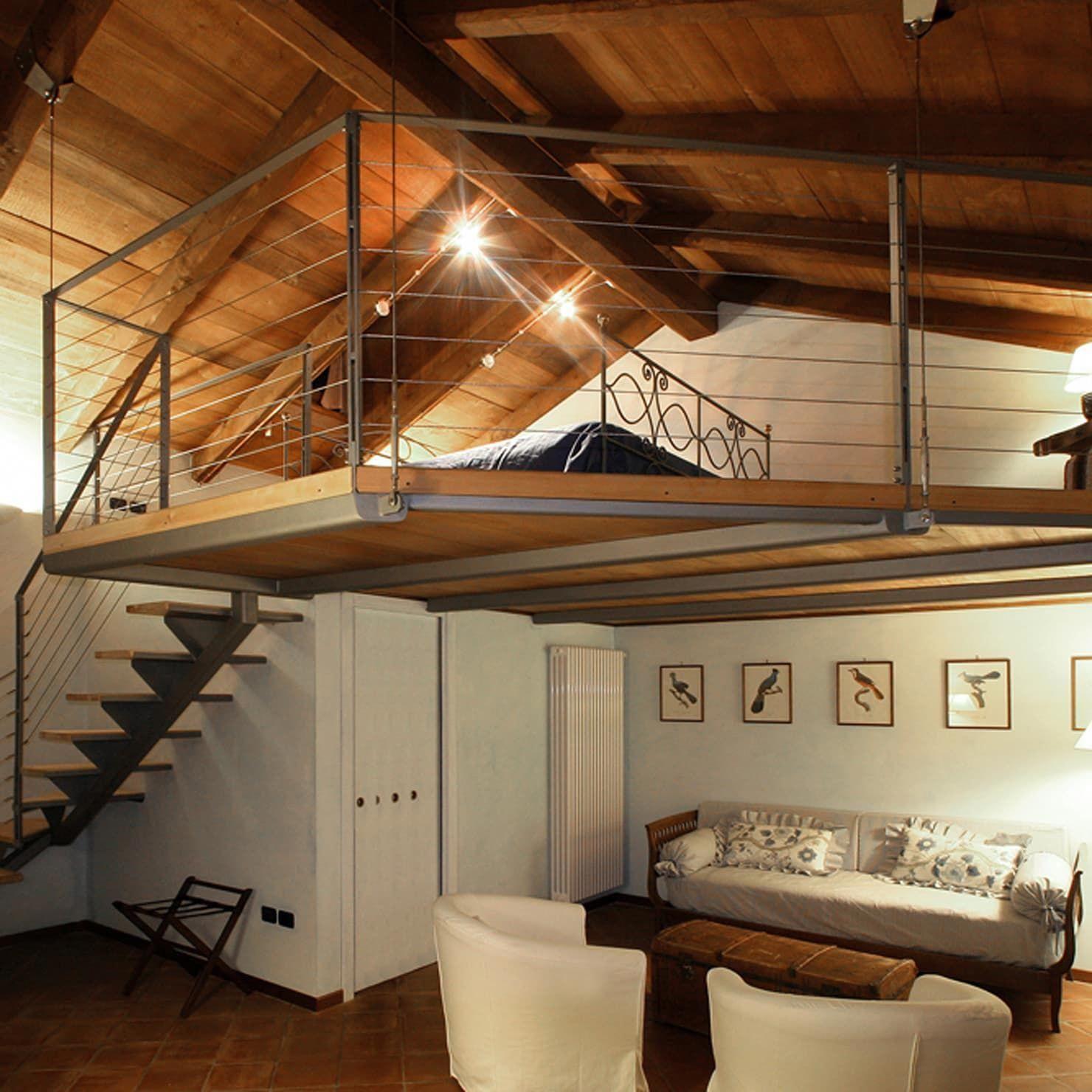 Camera con soppalco: Hotel in stile di Architetti Barbero ...