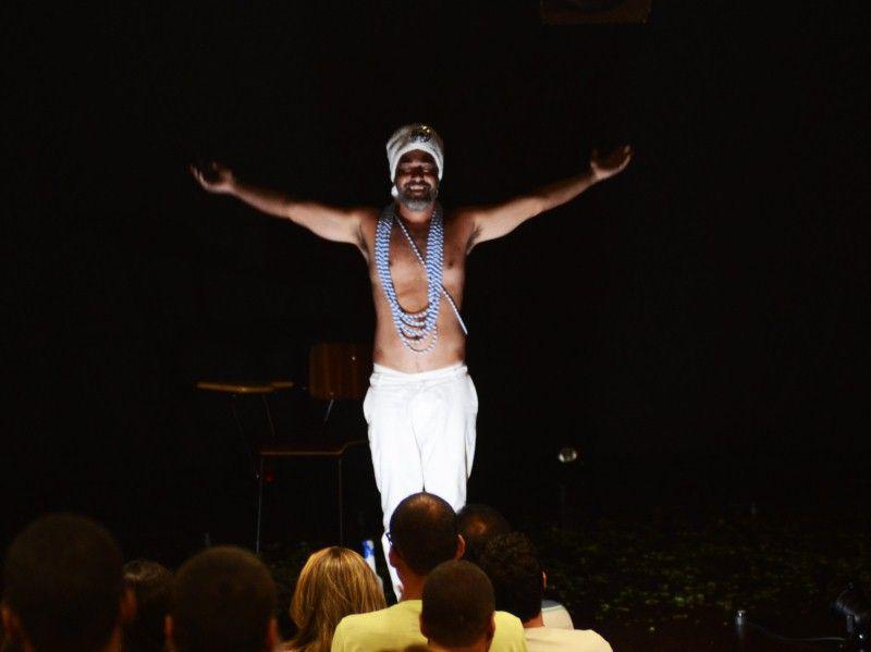 Peça estrelada por Ricardo Castro explora o cotidiano e os costumes da Bahia e, em especial, de Salvador de forma cômica