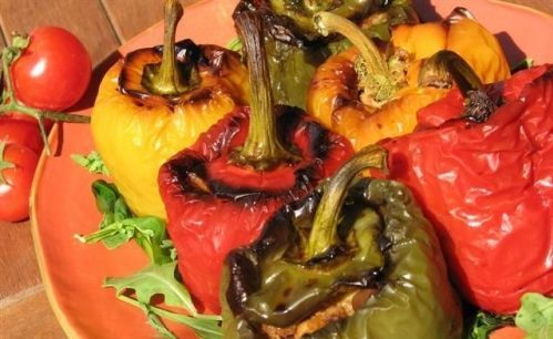 Peperoni ripieni con riso e verdure miste