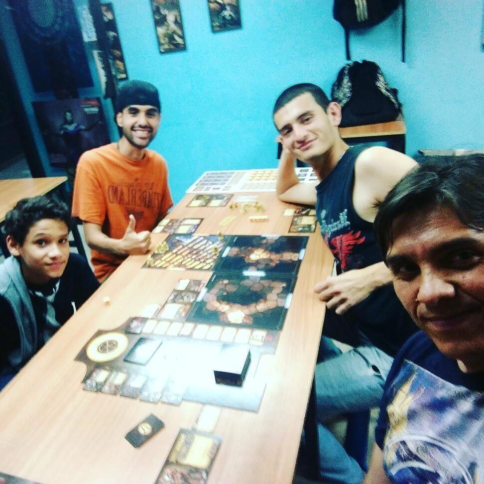 Jugando el Gran #miceandmystic un gran juego de mesa familia y para amigos con una gran aventura y mucha acción! #boardgamegeeks #boardgames #tabletopgame #juegosdemesa #sancristobal #juegossabadoenlanoche