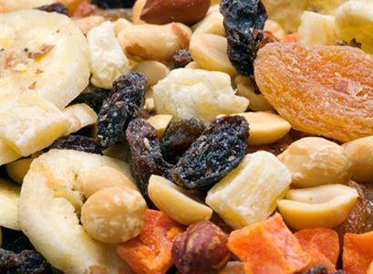 Frutas secas como damasco, uva passa e banana são uma ótima opção para o lanche entre as refeições. Além de, manterem os mesmos nutrientes da fruta fresca, duram mais!