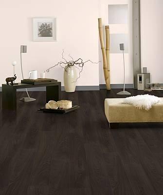Tarima de madera oscura en un entorno de paredes y for Muebles oscuros paredes claras
