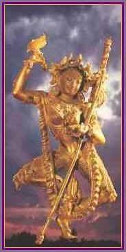 La estatua de oro es de una estatua de bronce dorado del siglo 18 en la colección del Museo Británico. Es una semejanza o rupa (la palabra sánscrita para la forma) de Vajravarahi, la Sabiduría Dakini que es la consorte de Chakrasamvara. Vemos la retrató como su más bella y benigna manifestación. En su forma de baile semi-colérica, ella se designa Vajradakini,