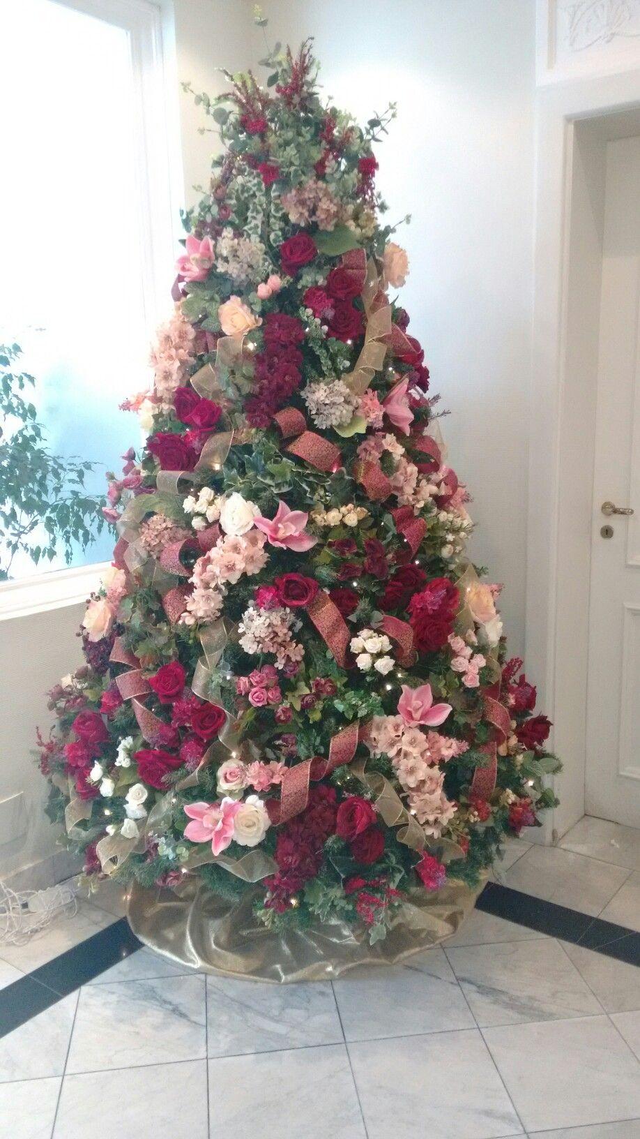Arvore De Natal Decorada Com Flores Em Tons De Vinho E Rosa