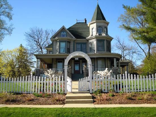 Victorian house white picket fence exteriors for Victorian manor house
