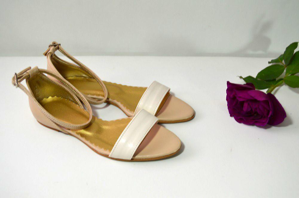 bb8c6e643044 Společenské i svatební boty na nízkém podpatku kombinace ivory + písek  materiál eko kůže. Sandálky