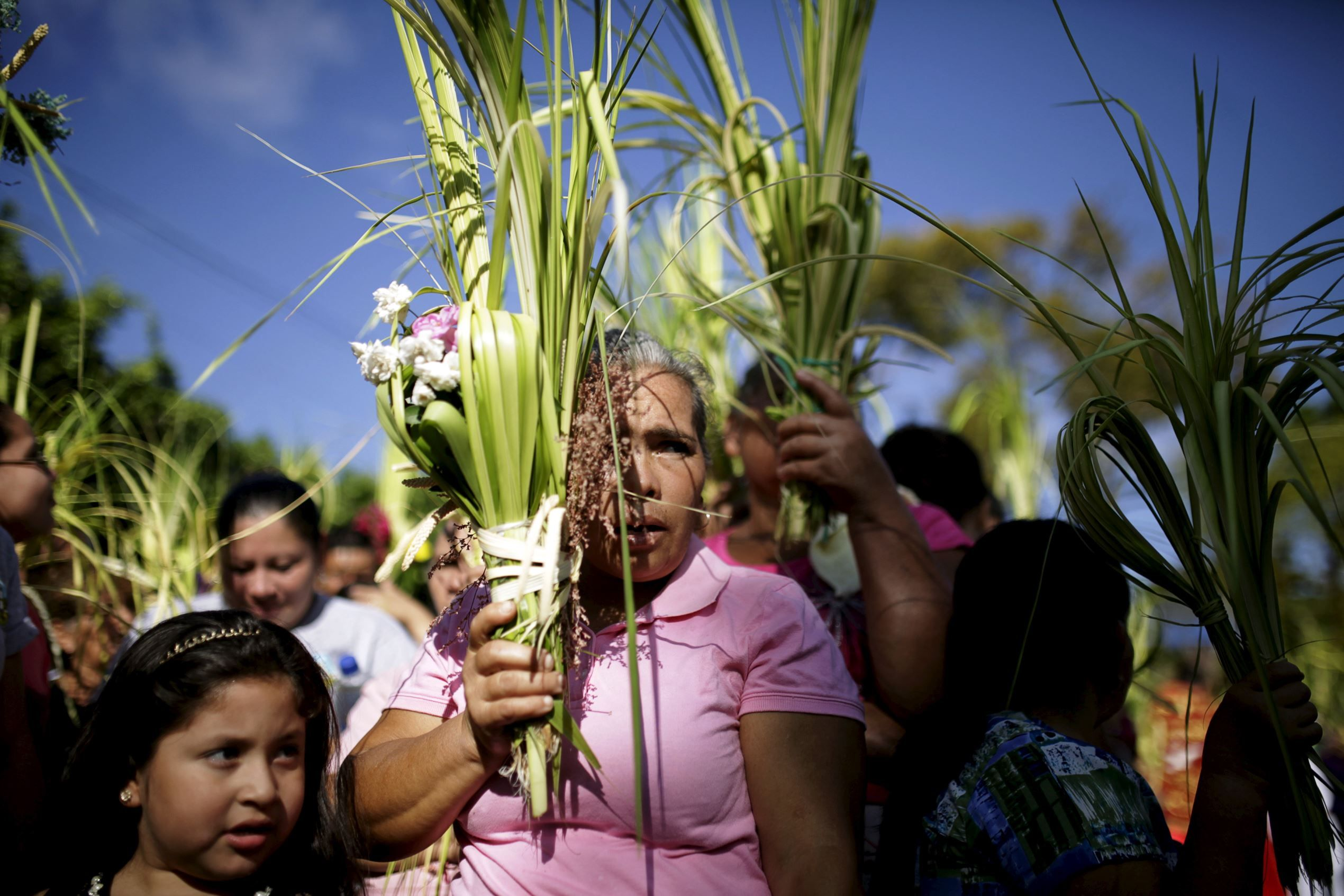 Calendario Palmas.El Salvador Procesion Con Palmas Figuras Religiosas En