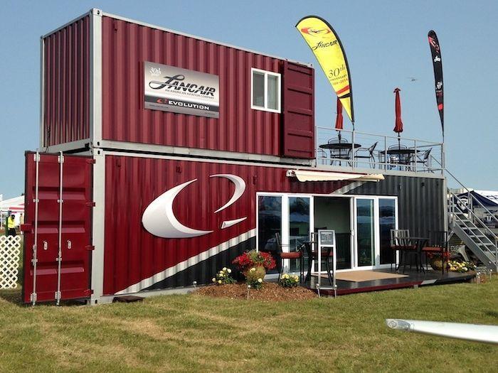 Haus Aus Container hier finden sie ein rotes container haus aus metall mit fenstern