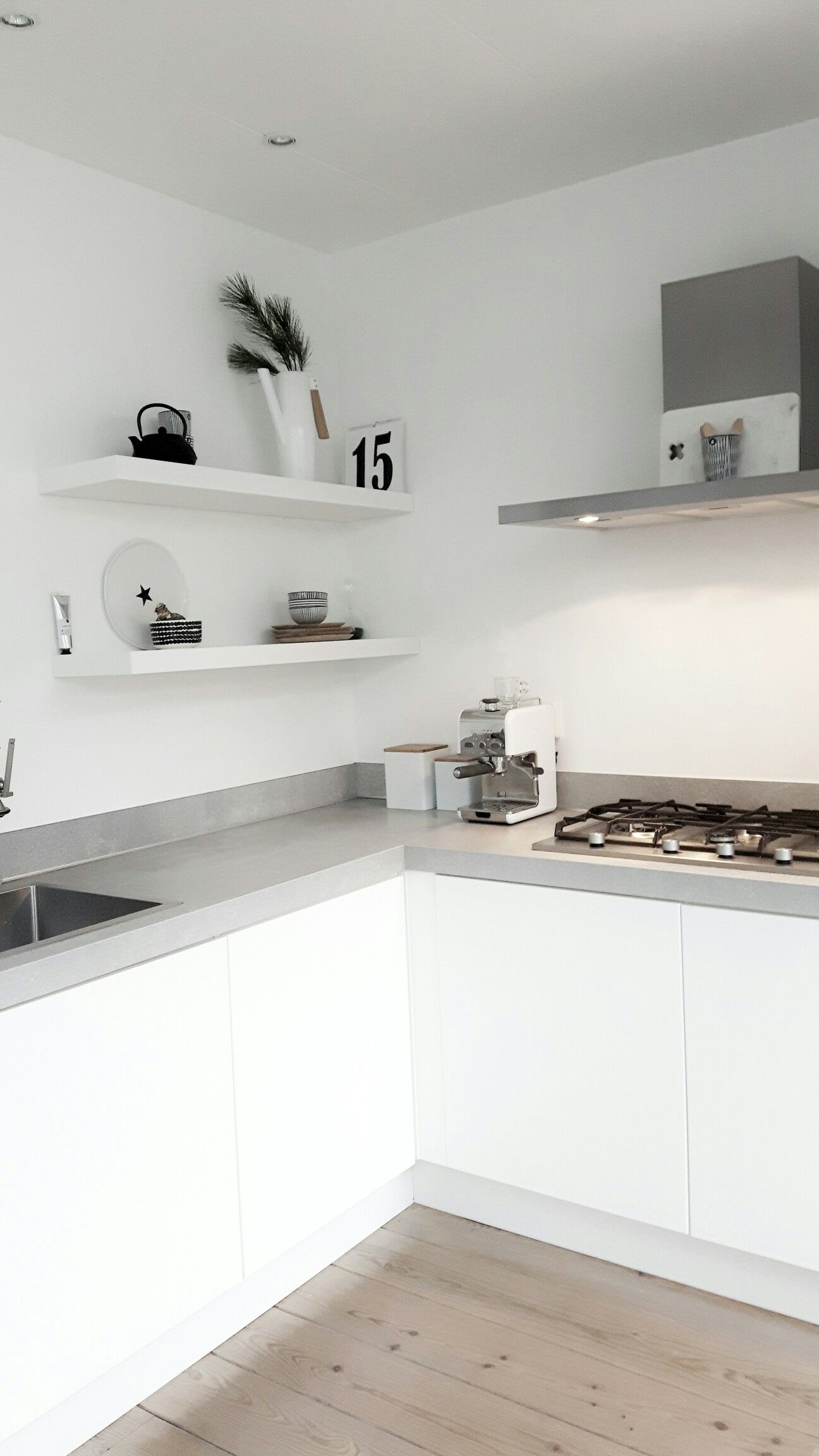 une cuisine en blanc et gris http www m. Black Bedroom Furniture Sets. Home Design Ideas