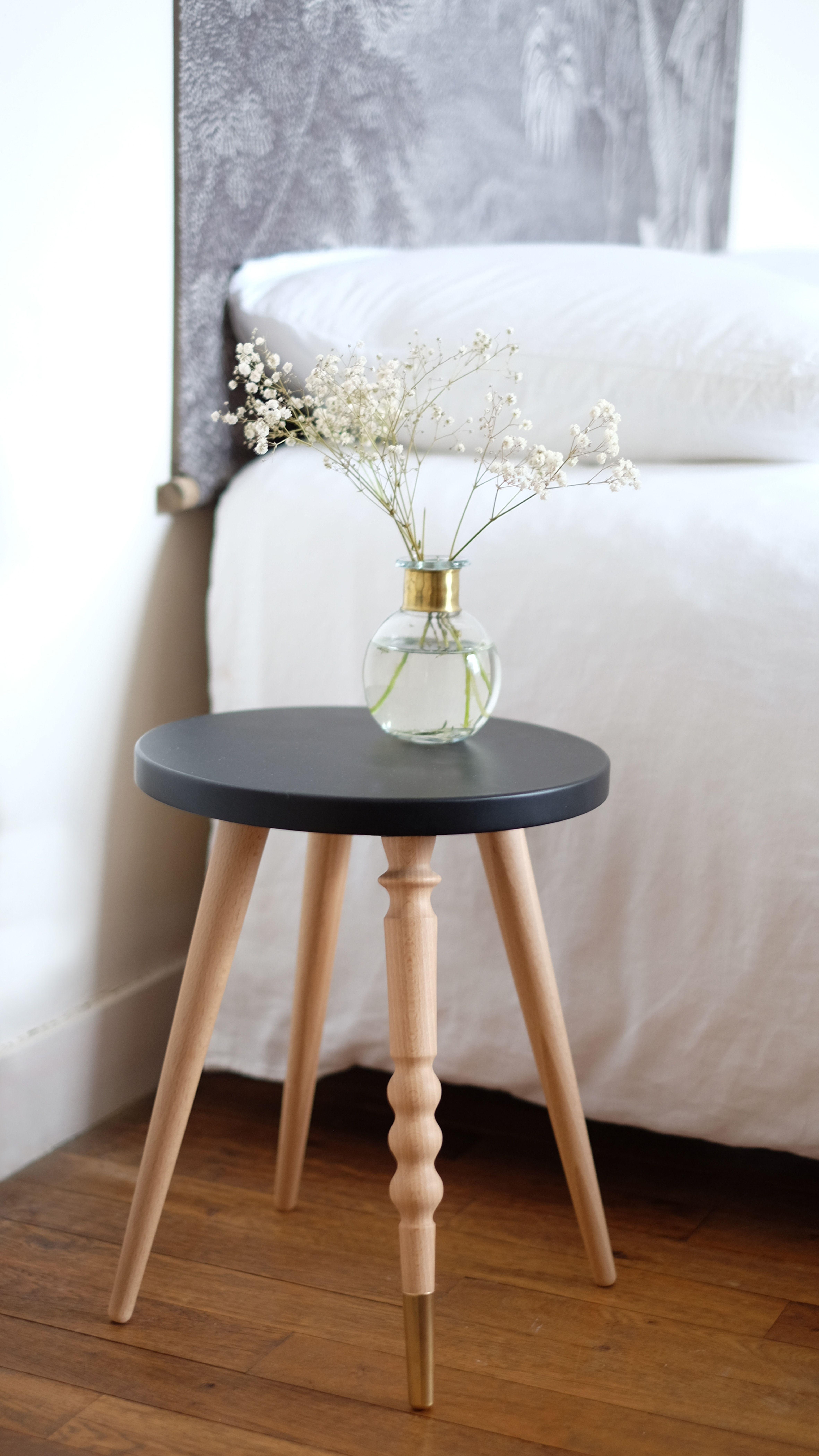 Chambre parentale, décoration avec ce tabouret rond en bois pieds