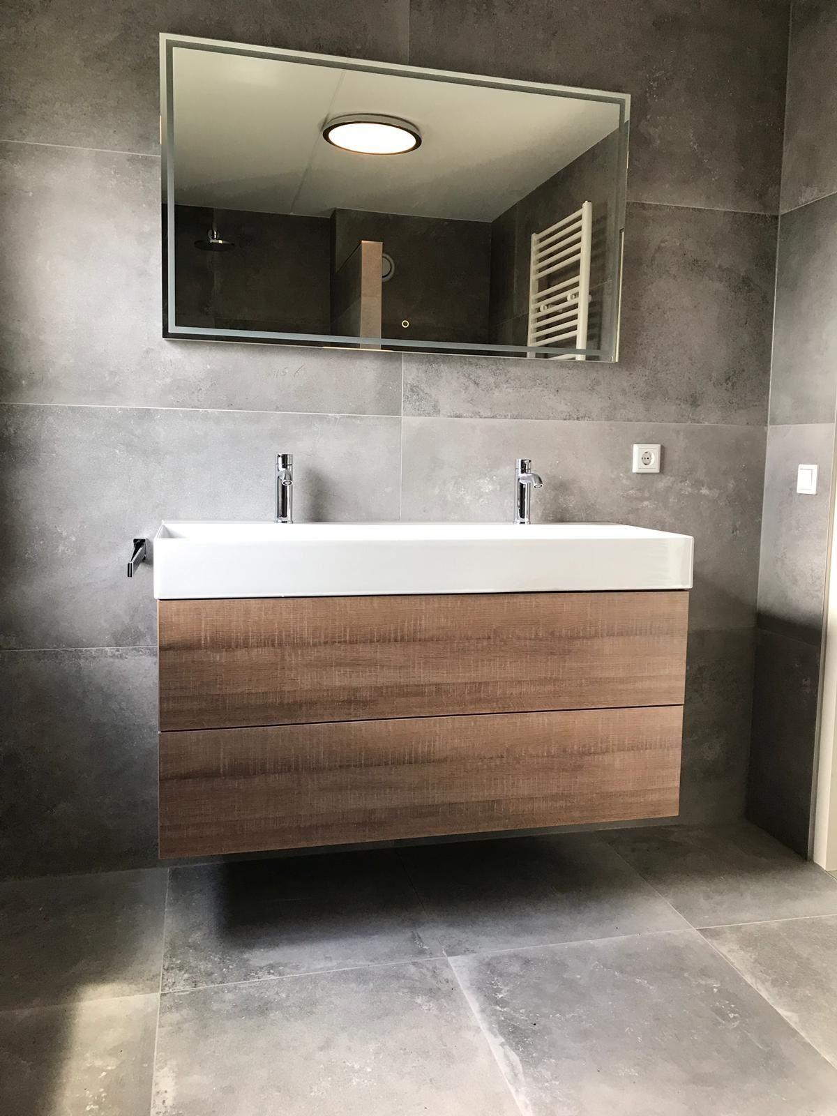 Prachtige betonlook badkamer gerealiseerd #bathroom #tiles #badkamerinspiratie