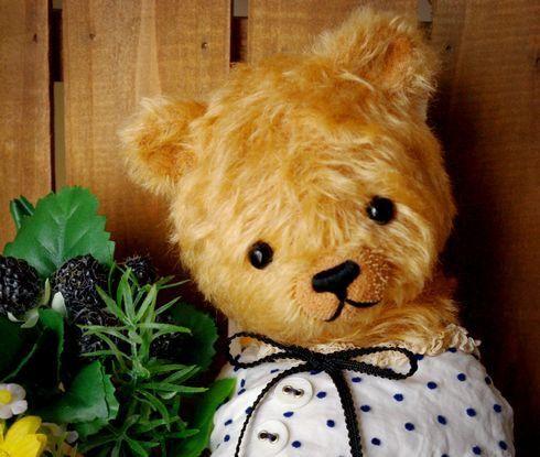 30センチくらいの大きめのクマです。やわらかな印象のモヘア(ダークベージュ)で制作しています。まだまだやんちゃ盛りのコドモのようなイメージ。詰め物で重みをつけ...|ハンドメイド、手作り、手仕事品の通販・販売・購入ならCreema。