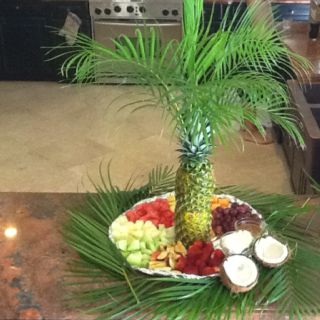 Pineapple palm fruit platter ~ like this smaller version (two pineapples)...very cute...