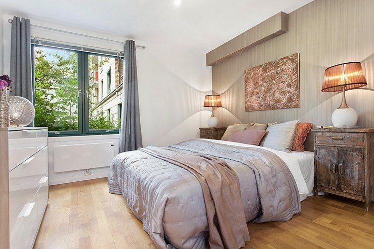 Aménagement chambre à coucher mur accent taupe table chevet antique