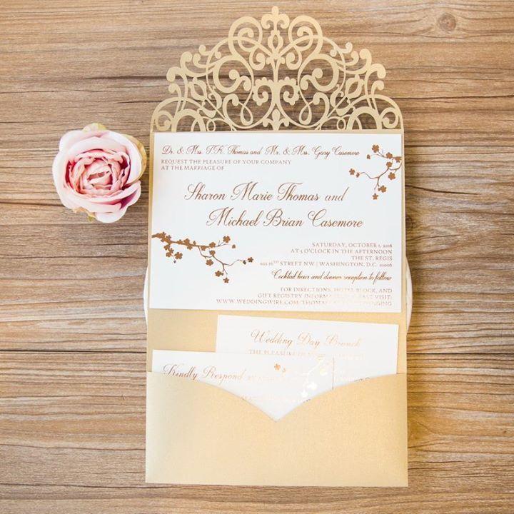 Un faire-part de mariage pochette lasercut avec fines arabesques