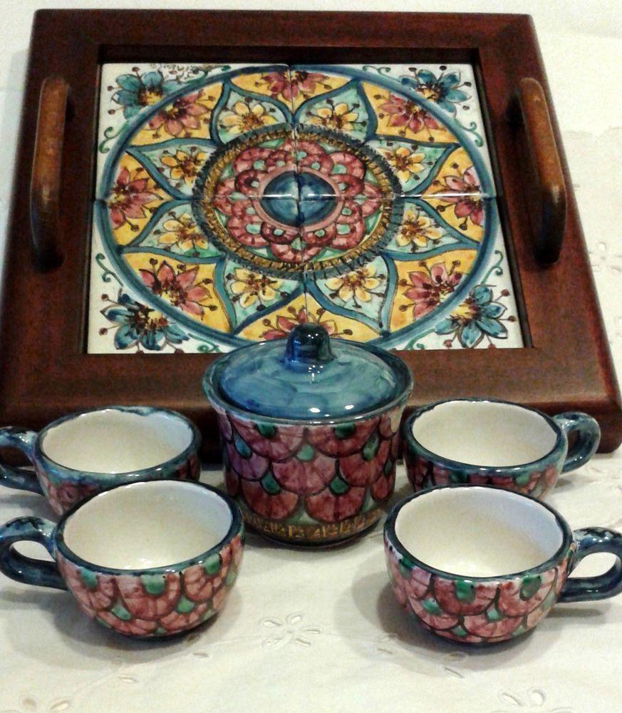 Servizio caffè per 4,in ceramica con vassoio in legno e ripiano in ceramica.