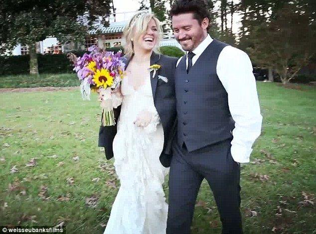 Kelly Clarkson Borrows Brandon Blackstock S Jacket On Wedding Day