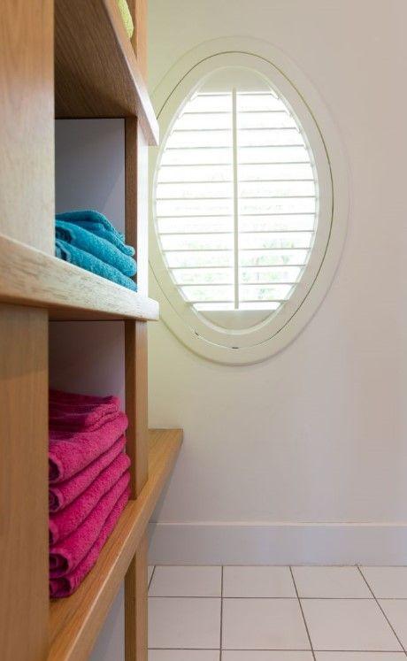 Een ovaal raam in uw badkamer? Shutters zijn hier de perfecte en ...