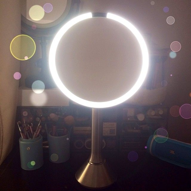 For todays #beautyholicsjournal review is this @simplehuman #sensorMirror - hubby fnd this for me and i just love it! It simulates daytime sunlight; only lights up when it senses my face close to d 5x magnification mirror. My makeup looks true to color n definitely made drawing a winged liner easy! Its a #beautylovers must-have mirror!