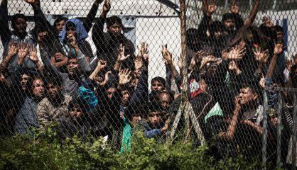 Migrantes detenidos protestan contra las deportaciones en Lesbos.