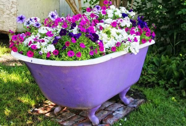 cheap yard decorations, ponds and planters made with bathtubs http://ibeebz.com