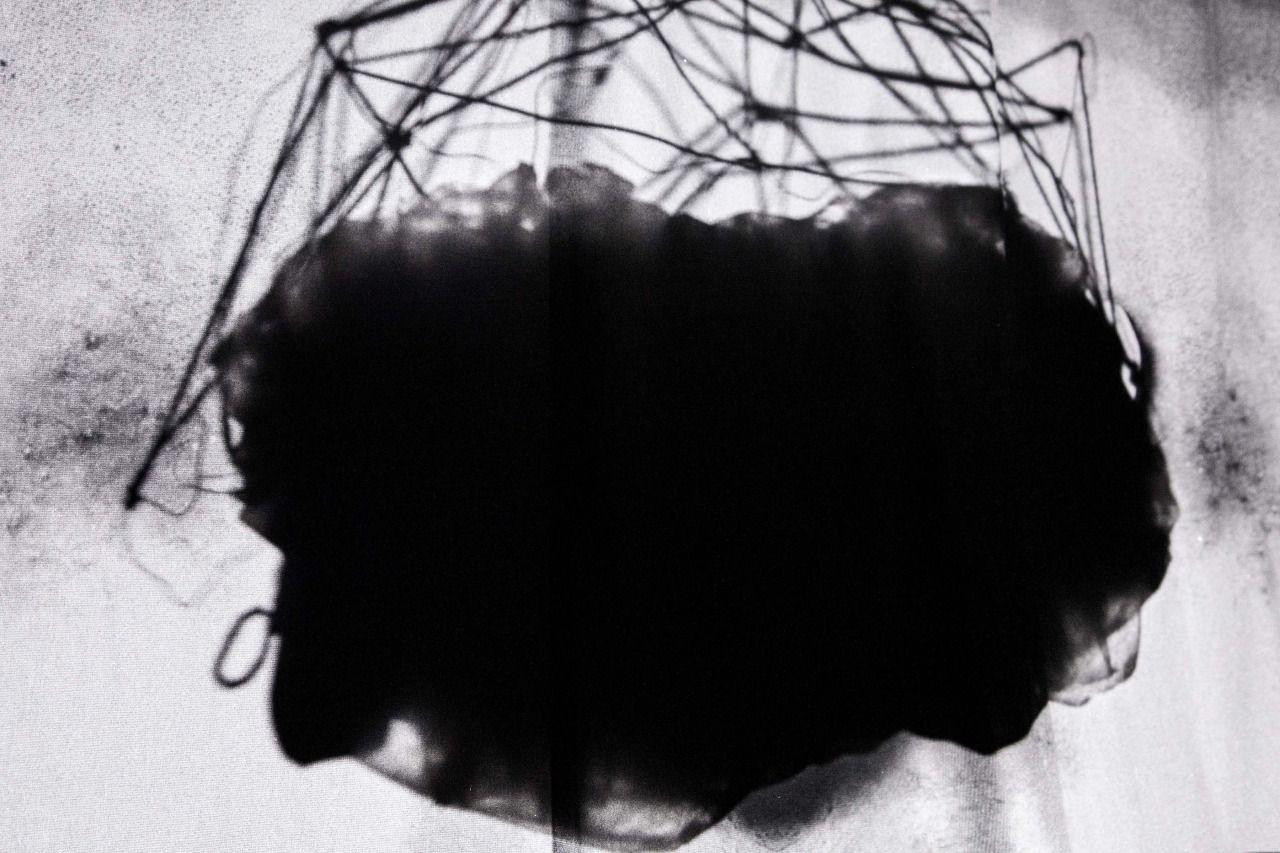 """I Cloud. Aus der Serie """"Nicht neues hinter der Sonne"""" 2015 Rotierende Drahtgitter Skulptur """"Neuromancer 2"""", Selbstportrait Projection Mapping aus der Serie """"Pathfinder"""", schwarzer Stoff Skulptur,..."""