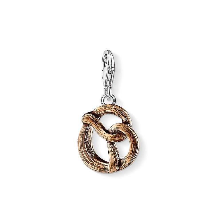 As crispy as if fresh from the oven, the brown cold enamel of the crunchy pretzel #THOMASSABO charm made of 925 Sterling silver shines and makes the nifty pendant a real feast for the eyes.