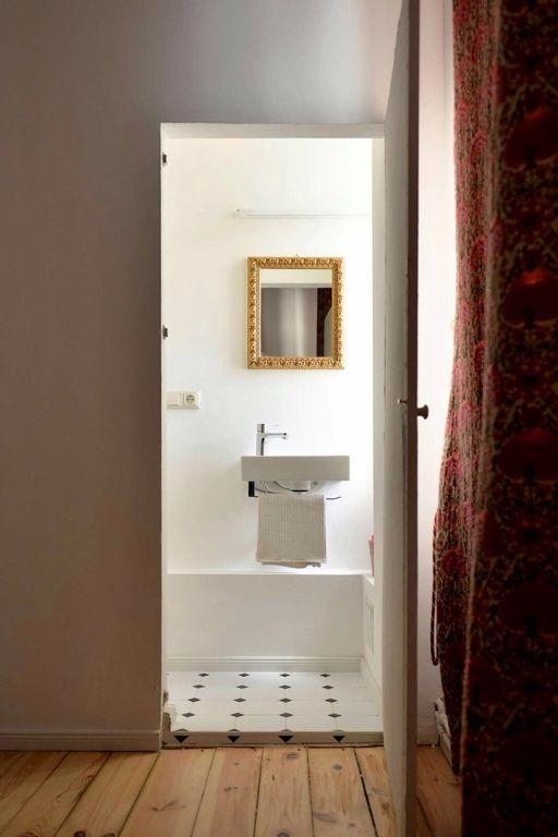 Blick ins Badezimmer mit hübschen Fliesen in schwarz weiß und