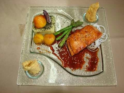 Salmón en salsa teriyaki de maple, puré de zanahoria blanca, ciruelas confitadas